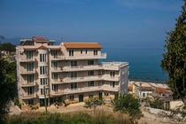 Dotato di un ristorante e di un bar, l'Hotel Nacional Vlore si trova a soli 100 metri dalla spiaggia e a 1 km dal centro di Valona e offre camere
