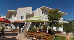 Situato a Ksamil, a 2,6 km dal Parco Nazionale di Butrint, l'Hotel Chris offre la connessione WiFi gratuita.