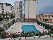 Situato nel centro di Velipoja, l'Hotel Valz offre una piscina all'aperto, un centro fitness, camere completamente rinnovate nel 2017
