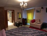 Situato a Korçë, il Julia's Apartament offre un giardino, una terrazza. Appartamento con bar. Nei dintorni potrete praticare lo sci.