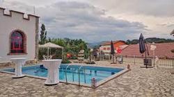 Situata a Rrëshen, Vila Livio offre una piscina stagionale all'aperto. La struttura vanta una reception aperta 24 ore su 24 e un ristorante.