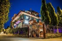 Situata a Korçë, Hotel Villa Eden offre un giardino, una terrazza e un salone in comune.