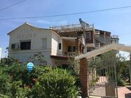 Villa Gersina offre un giardino, la connessione WiFi gratuita e una cucina.Golem Durazzo Booking Albania