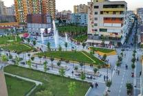 Situato a Fier, il Sazani's Place offre un salone in comune, la connessione WiFi gratuita, una cucina in comune e un deposito bagagli.