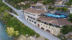 L'Hotel Ajka si trova a Berat, a 2,6 km dal Castello di Berat. Questo hotel a 3 stelle dispone di connessione Wi-Fi gratuita e di una terrazza.