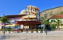 Situato a Berat, a 2,3 km dal Castello di Berat, l'Hotel Orestiada offre un giardino e una terrazza. Dotato di un bar, questo hotel a 4 stelle dis