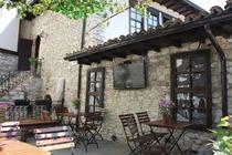 Situato a Berat, a 2,2 km dal Castello di Berat, l'Hani i Xheblatit offre un giardino e la vista sulle montagne. Tra i vari servizi di questa stru