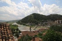 Situato a 500 metri dal centro storico di Berat, dichiarato patrimonio dell'umanità dall'UNESCO, e da tutte le attrazioni principali, il Nasho