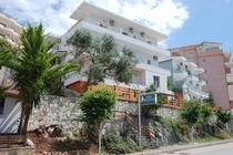 Ubicato a Saranda, in posizione fronte spiaggia, a 18 km dal Parco Nazionale di Butrinto, inserito nella lista del Patrimonio Mondiale dell'UNESCO, l&