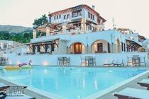 Situato a Gjirokastër (Argirocastro in italiano), a 62 km da Saranda, il Kerculla Resort offre una piscina all'aperto