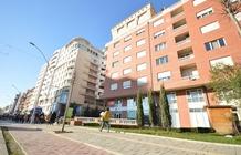 Dotato della connessione WiFi gratuita, l'Hotel Oresti Center si trova nel cuore di Tirana, a soli 50 metri da Piazza Skanderbeg, e offre sistemaz