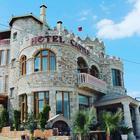 Situato a Ksamil, a 5 km dal parco nazionale di Butrint, l'Hotel Castle offre una terrazza, la vista sul mare, un ristorante e l'uso gratuito