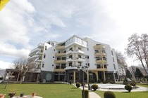 Dotato di una spiaggia privata sul Lago di Ohrid, il 1 Maji Hotel offre un giardino, un bar con terrazza, un ristorante di cucina internazionale, un..